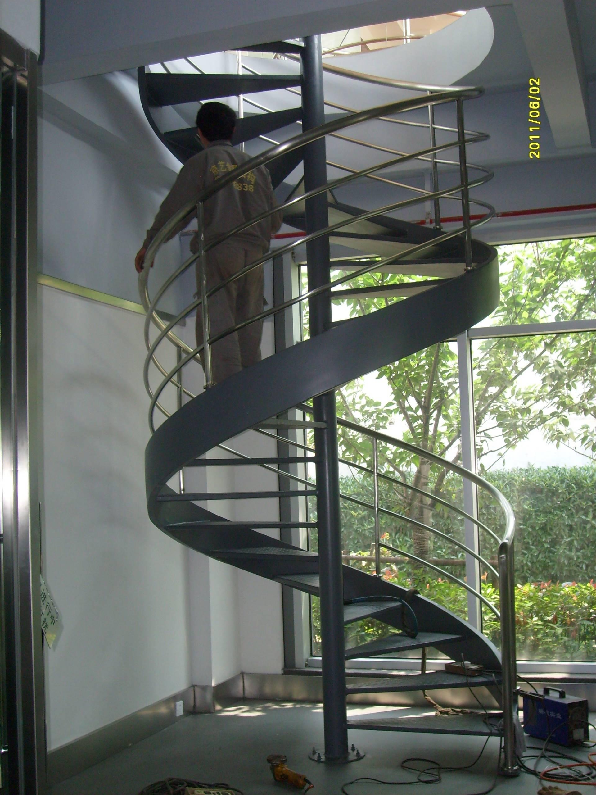 一、旋转楼梯高档产品工艺: 材质选用: 依据国家相关规范对建筑金属结构件材料性能规定以及技术图纸的个案要求,充分考虑金属材料性能对结构的绝对影响度而选用合适匹配的型板材。一般结构,选用国标Q-235A级钢或国标Q-345B级钢,钢材焊接性良好,经济型、切削性能好,易加工,适合大中型结构或者一般钢结构,以及金属建筑造型。  楼梯焊接工艺: 工厂化焊接,焊接机器一律采用二氧化碳气体保护焊或脉冲直流弧焊机,焊接工艺参数由工厂车间主控技师校准,并严格执行既定工艺要求,重点结构以及薄弱节点设计结构保障措施,焊缝