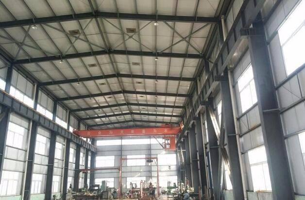 钢结构工程材料及焊接质量检测项目包括: 1、钢材的抽样复验:钢材原材料力学及工艺性能检验,60t为一个检验批; 2、高强度螺栓连接副预拉力或扭矩系数的复检。同一材料、炉号、螺纹规格、长度、机械加工、热处理工艺及表面处理工艺的螺栓为同批,同批数量3000套。扭剪型高强度螺栓和高强度大六角头螺栓,按施工现场待安装的螺栓批中随机抽取,每批取8套进行复检。 3、摩擦面抗滑移系数检测,按制造厂和安装单位,分别以钢结构制造批为单位进行抗滑移系数试验。制造批可按单位工程的工程量每2000t为一批,每种表面处理工艺单独检
