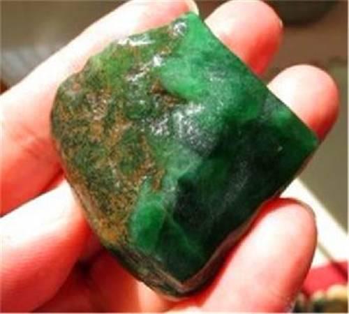 1吨多的翡翠原石只切出一丁点绿 货主欲哭无泪