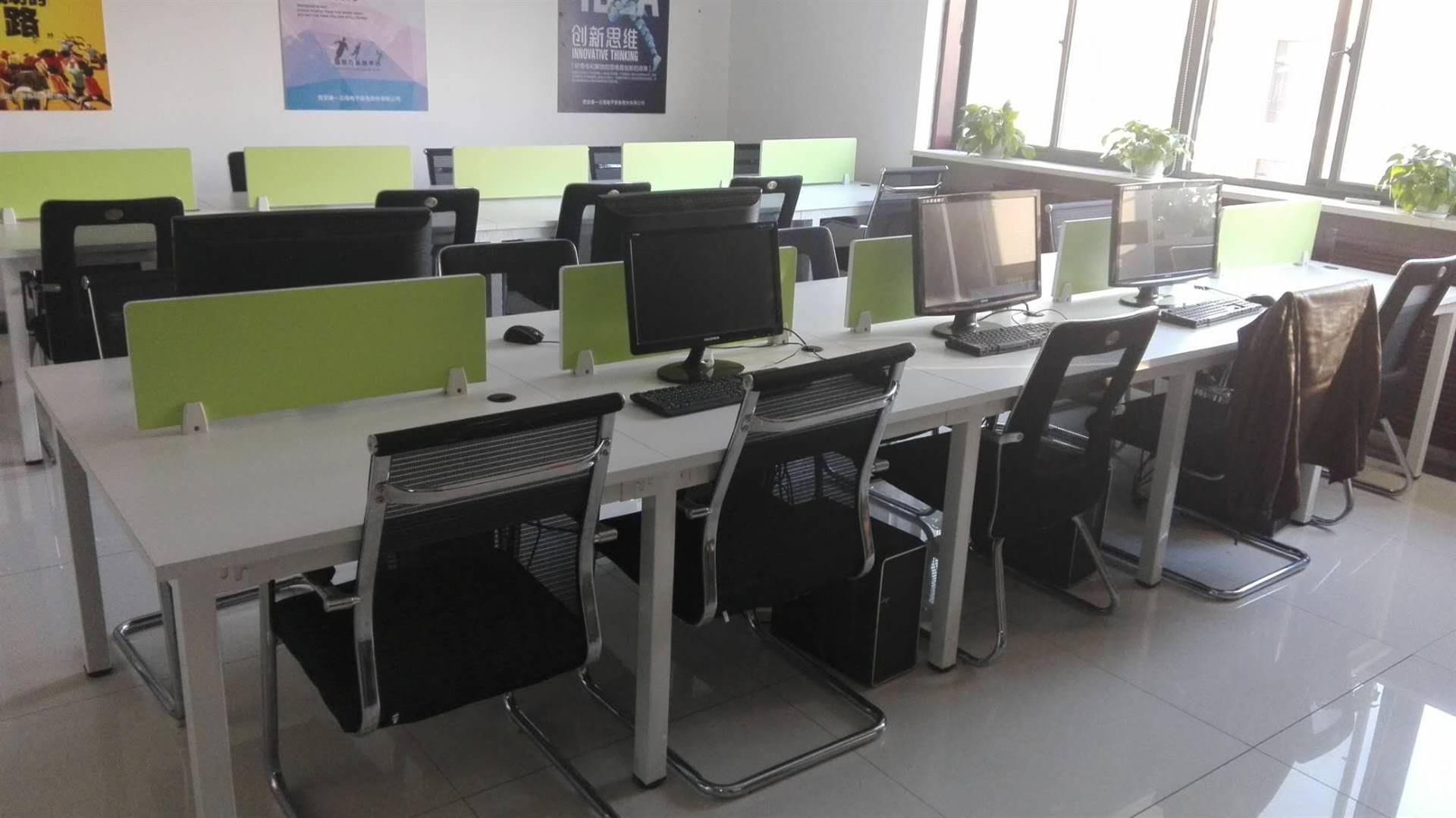 售成套办公家具,有沙发,老板桌,会议桌,员工位,书柜,文件柜