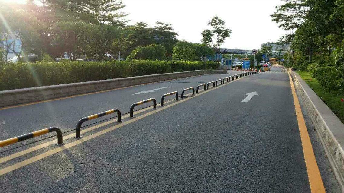 马路上安装U型护样容易吗?看护栏具体操作