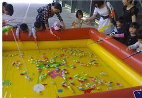 河北廊坊公园一角经营儿童充气钓鱼池