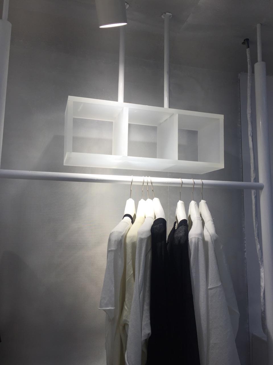 广州亚克力加工定做亚克力服装店展示道具