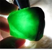 哪个公司拍卖帝王绿翡翠原石做的好
