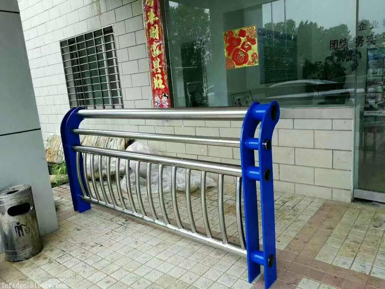 深灰色氟碳漆道路防撞护栏的安装方法