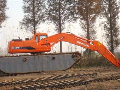 水栖两用挖机出租,水路挖掘机出租,雨天水陆挖掘机的护理