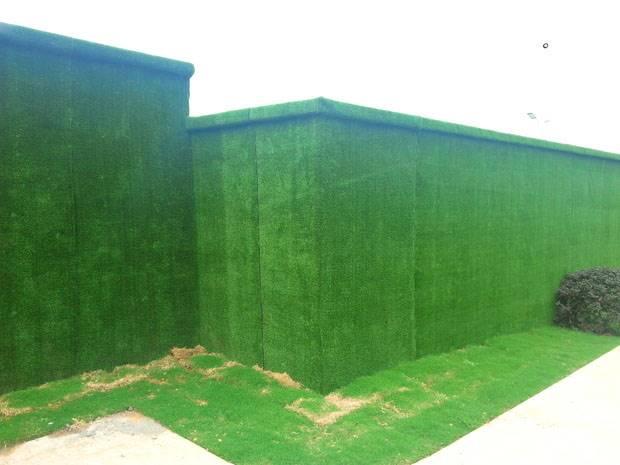 山东济宁围栏墙面草坪厂家建筑工地围挡草坪图