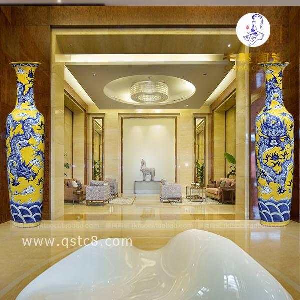 一米八大花瓶是一种实用性十分高的装饰品,放在客厅或者大门口,会显得主人品味非凡,一种高端、大气、上档次的气氛便自然而然地流露出来。大花瓶的美在于它的高档大气,彩色明亮,不管摆放在哪里,都能吸引人们的眼球,经不住多看上几眼。 花瓶定制联系人:黎经理 24小时热线:(微信) 联系QQ:3297743157 企业网站: 一、景德镇手绘一米八大花瓶寓意: 一米八大花瓶的画面以山水、花鸟为主题,最常见的包括单纯的远山和延绵不绝的流水,寓意源远流长;还有画长城搭配雄鹰的,寓意大展宏图;有画骏马奔驰草原的,寓意