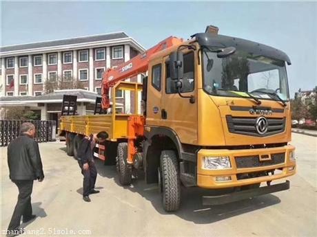 新疆地区东风后八轮12吨平板带吊价格徐工14吨随车吊