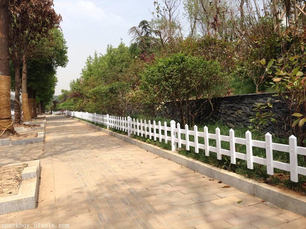 :邯郸市临漳县pvc草坪围栏锌钢仿草坪围栏长期销售