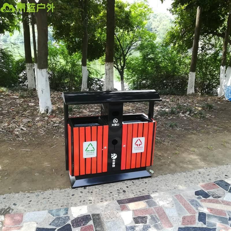 都江堰定制双色钢板分类垃圾桶 1000*400*1000mm 垃圾桶颜色和垃圾桶规格均可按需定制生产   1,材质:垃圾桶整体都用优质镀锌板,经激光下料、折弯、焊接成型。产品一律用室外粉静电喷塑,经过180的高温,最大限度延长了垃圾桶的使用寿命,使垃圾桶颜色持久不变,亮丽如新。表面经除油清洗酸洗清洗表调磷化清洗烘干静电粉末喷涂高温塑化冷却。喷涂粉末经ISO9002质量体系认证,易保洁表面光滑之优点,不脱落,不起层。   2,垃圾桶配镀锌板内桶,桶身带拉手,方