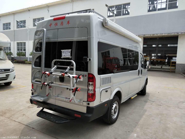在车厢侧门的上方是一个中控面板,可以控制车上的水电灯的开关,并且提供了电压表,水位表以及一个小巧的时钟。驾驶室上方提供了一排后置行车空调的出风口,方便在行车途中使用。驾驶室上方的行车空调出风口,数量十分客观,达到5组,可以非常轻松的设置不同的风向,来提供更多的使用效果。后排行车空调的开关位于空调出风口一侧,采用了拨杆的调节方式;在调节开关下方是一台,车上收看电视就全看它了。