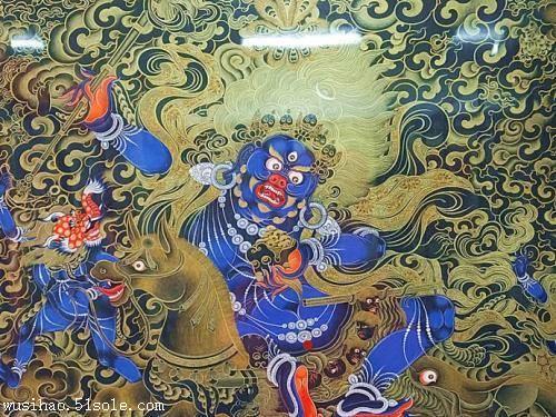 另外也有刺绣,织锦,缂丝和贴花等织物唐卡,有的还在五彩续纷的花纹上