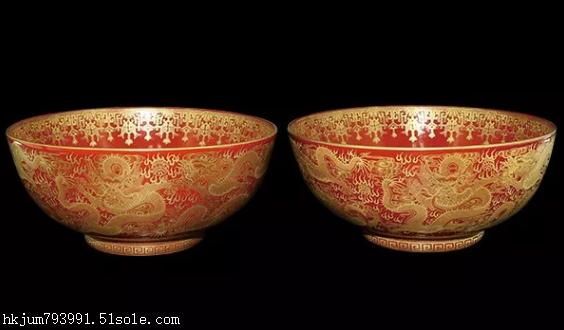 珊瑚红地描金海水云龙纹碗