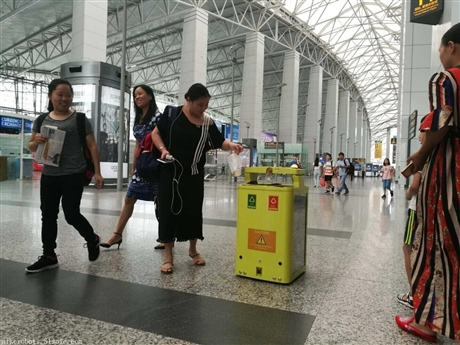 在广州白云机场上岗的垃圾桶机器人、智能垃圾桶