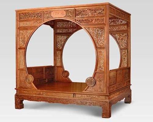 这对方桌继续宋式大梁架结构特点,又有巧妙的创新和生长,可以看作16