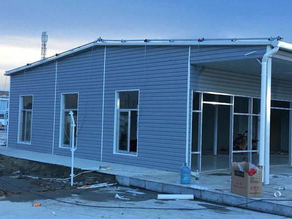 钢结构厂房PVC外墙挂板厂家直销   1、环保:轻质隔墙板资猜中不含石棉,不含对人体有害的物质,且没有放射性物质。   2、防火:隔墙板在900摄氏度的高温下耐火极限超越4小时以上,受火面和被火面都完好无缺,且不散   产品用处:可作为墙板,吊顶板,防火板,防水板,包装箱等运用,可代替木质胶合板做墙裙,窗板、门板,家具等室内装修用具,也可依据需求做调和漆,清水漆,并可加工成各品种型的板面,一同可用于地下室,人防和矿井等湿润环境的工程,还能够与多种保温资料复合,制成复合保温板材   花园建材有限公司菱