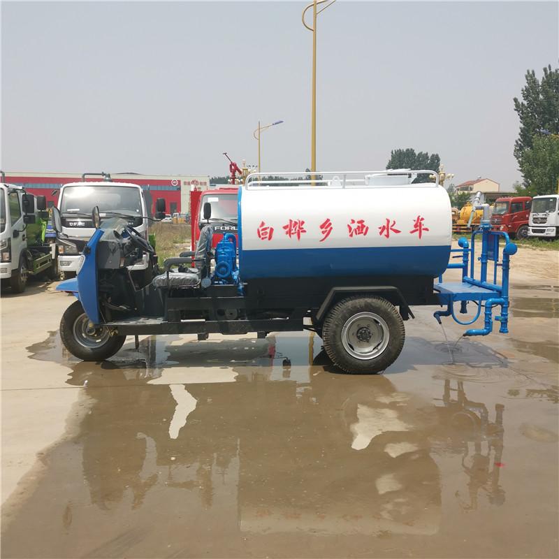 五莲县小型三轮2立方洒水车厂家 今日小型三轮3立方雾炮降尘洒水