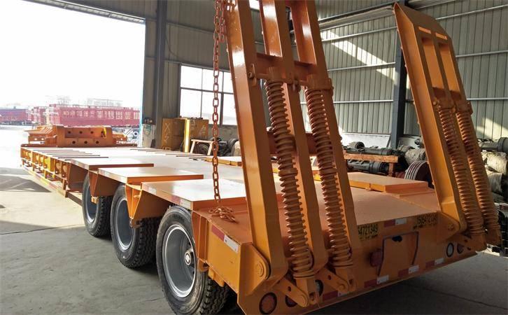 梁山鸿盛业骏11米低平板钩机拖车