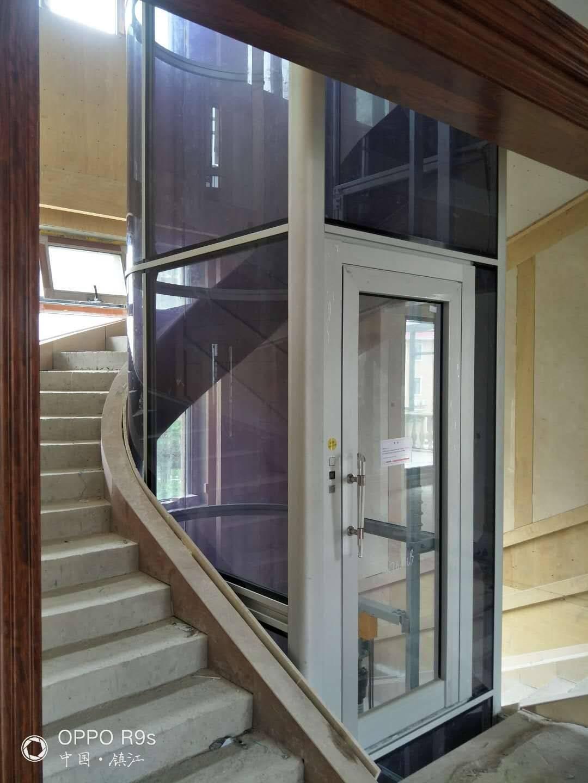 山東煙臺龍口別墅小電梯方案   很多別墅小高層的業主都幾乎有一個很惱火的問題,就是爬樓梯,尤其是夏天,上上下下跑一趟一身汗,那么能在家里裝一臺電梯簡直就是如虎添翼,問題來了,大多數的別墅空間設計尺寸都是有限的,還怎么裝電梯,位置是否具備裝電梯的條件。因此濟南默納克機電工程有限公司為此特意在大電梯的基礎上進行了上百次的研發試驗,最終在保留著電梯原有的安全系數,質量,結構的基礎上成功的研發出了微型電梯。 濟南默納克設計部根據:1.