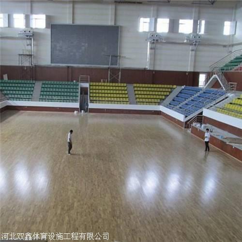 篮球场专用木地板 具有严格的防潮层 和高性能的地板弹性?