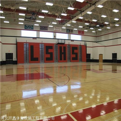 体育场馆中的运动木地板 的面板会有少许的 色差问题出现