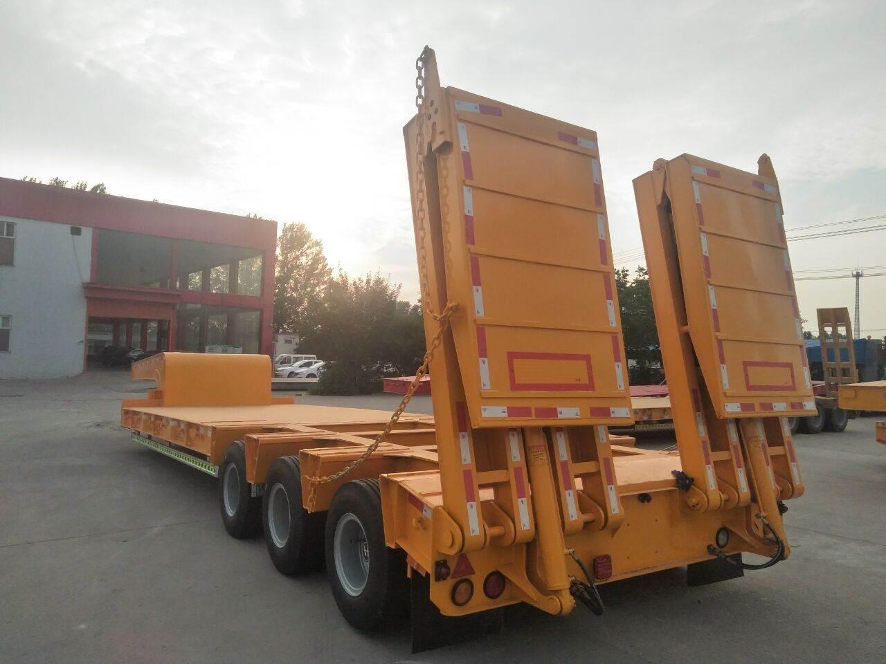 专业生产拖运勾机低平板半挂车厂