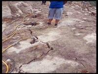 新聞:堅硬石頭劈裂用什么機器四川巴中堅硬石頭劈裂用什么機器